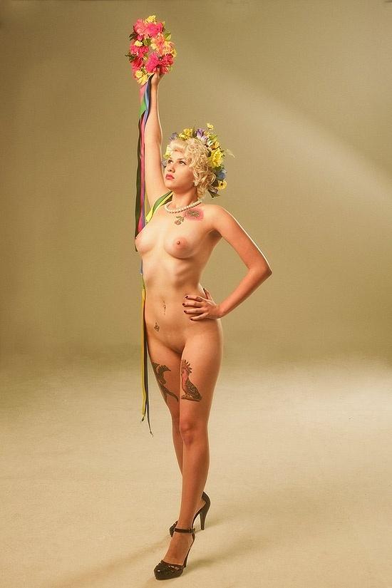 Sara Winter, líder do Femen Brasil, posa para a revista 'RG' de novembro (2012)