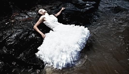 """Karina Castilho faz ensaio """"Trash the Dress"""" em cachoeira; a noiva não deve se preocupar com o vestido"""