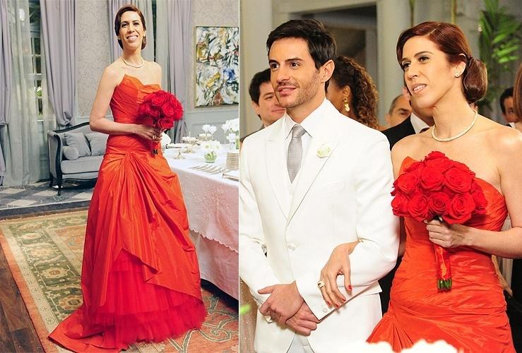 """Bibi (Maria Clara Gueiros) usa um vestido vermelho no casamento com Douglas (Ricardo Tozzi) em """"Insensato Coração"""". Ele fica assustado ao ver a noiva de vermelho, mas depois relaxa e curte a cerimônia. A cena vai ao ar no dia 15/8/11"""