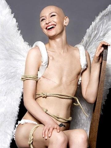 A alemã Uta Melle em ensaio para a revista 'Stern' feito logo após cirurgia de retirada de mama