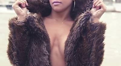 A Miss Bumbum Rosana Ferreira escolheu o principal ponto turístico de Paris para eternizar sua passagem pela Cidade Luz. Ela posou para as lentes do fotógrafo brasileiro Alexandre Ciccone em frente à Torre Eiffel usando um casaco de peles e calcinha.
