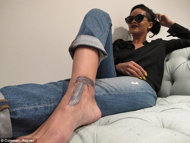 Rihanna mostrou em seu Twitter uma foto de sua mais nova tatuagem: um falcão egípcio preto e branco na forma de uma pistola, no calcanhar (17/6/12). Esta seria a décima sétima tatuagem da morena e a segunda em forma de arma