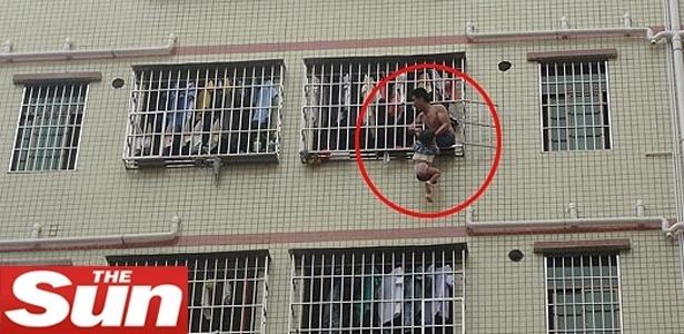 Chinês pendura filha de três anos na janela do 6º andar de um prédio