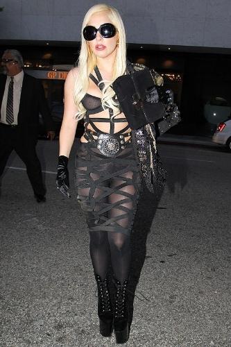 A cantora Lady Gaga, que escolheu um modelito sem blusa e com sutiã transparente para ir a restaurante chinês