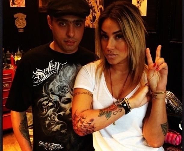 Dani Bolina publicou no Instagram uma foto da sua nova tatuagem (17/7/12). A ex-panicat, que já tem mais de 20 desenhos pelo corpo, apareceu com uma teia de aranha no cotovelo direito. Na rede social, a imagem estava com a legenda: