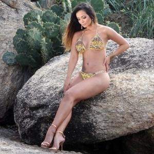 """A repórter do """"Domingão do Faustão"""" Carol Nakamura exibiu o corpão em um ensaio sexy de biquíni na praia do Arpoador, no Rio de Janeiro, nesta terça-feira (17/7/12)"""