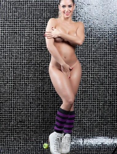 """Usando apenas meias e patins, Graciella Carvalho posou nua para divulgar sua personagem no programa """"Malícia"""", do canal Multishow. A segundo colocada do Miss Bumbum 2011 falou sobre a expectativa para a final do concurso de 2012.  """"Estou ansiosa para ver quem será a vencedora. Ganhei um título e vou ter que passar à frente, é vida que segue"""", disse Graciella ao site """"Ego"""""""