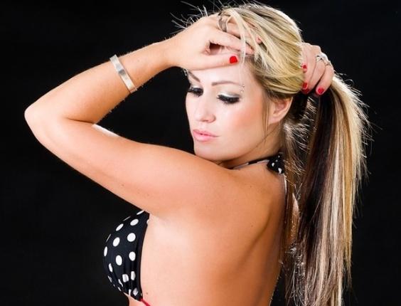 Isis Gomes, candidata do Rio Grande do Sul ao Miss Bumbum 2012, deu uma amostra dos atributos divulgando imagens de um ensaio sensual na web antes do início da votação da primeira fase do concurso (1/8/12)