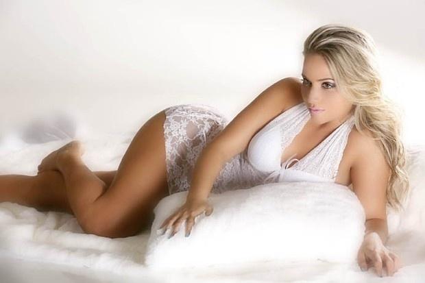 """A repórter Mônica Arpor, capa da """"Playboy"""" de julho de 2010, voltou a mostrar as belas curvas em um ensaio de lingerie para a seção """"Garota Men's Health"""" de setembro. Os cliques foram feitos por Agnelo Pastorello (4/9/12)"""