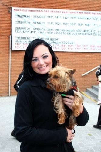 Acompanha de cãozinho, Mulher Pêra, candidata a deputada federal, vota no Colégio Mackenzie (SP) no primeiro turno nas eleições de 2010 (3/10/10)