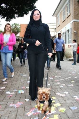 Candidata a deputada federal, Mulher Pêra vota no primeiro turno das eleições de 2010 (3/10/10)
