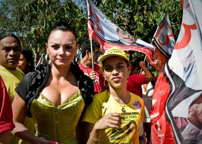 Candidata a deputada federeal, Suelem Rocha posa com populares durante campanha política na Zona Sul de São Paulo (15/10/10)