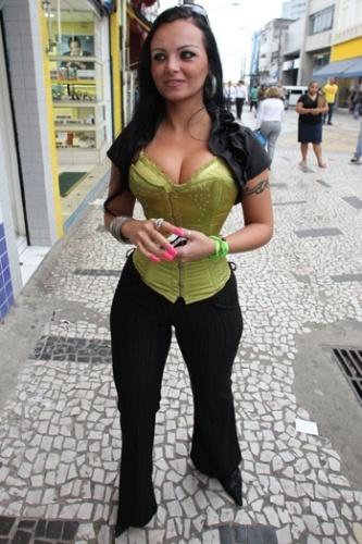 Suelem Rocha, conhecida como Mulher Pêra, faz campanha política na região de Santo Amaro, em São Paulo (15/9/10)