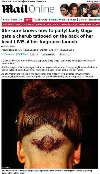 A cantora norte-americana Lady Gaga, 26, fez uma tatuagem na cabeça durante o evento de lançamento de seu perfume no museu Guggenheim, em Nova York, nesta quinta-feira (13/9/12), segundo o tabloide