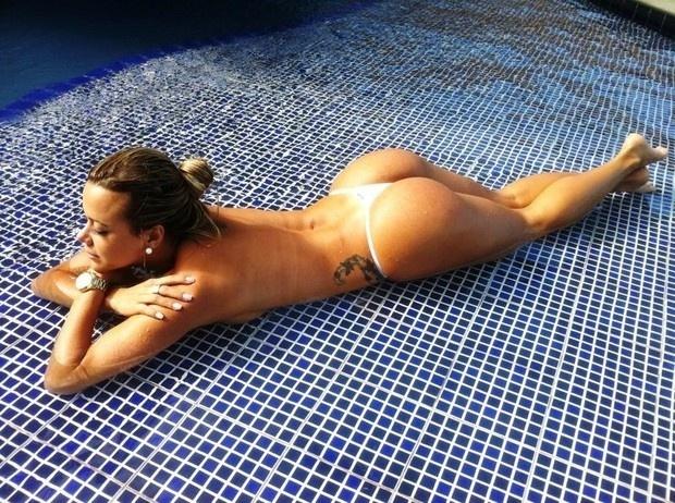 Cibelle Ribeiro, candidata do Ceará ao Miss Bumbum 2012, deixou o corpão à mostra em um ensaio de biquíni em um resort em Porto de Galinhas, em Pernambuco (15/10/12). O concurso vai ser realizado no dia 30 de novembro; a primeira fase do Miss Bumbum está aberta ao público no site oficial do evento