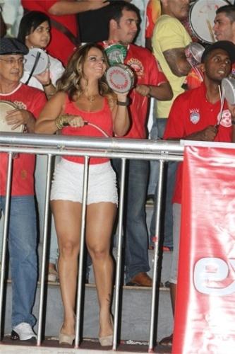 Musa do Salgueiro Viviane Araújo marcou presença no barracão da escola de samba carioca neste domingo (14/10/12). De short curtinho, Vivi mostrou que está com tudo para o Carnaval de 2013