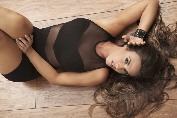 Nicole Bahls estrela campanha de moda para a grife Olvia Palito. Para o ensaio, a ex-panicat usou roupas curtas e agarradas e com fendas, evidenciando o corpo que fez sucesso na ltima edio do reality show 