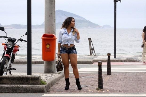 Renata Frison, a Mulher Melão, é clicada durante caminhada pela orla do Leblon, no Rio de Janeiro (16/11/12)
