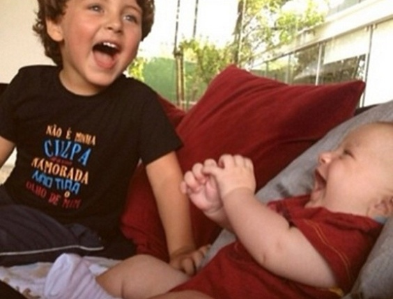 24.dez.2012 - Claudia Leitte postou uma foto de seus filhos, Davi, de trs anos, e Rafael, de quatro meses, para desejar feliz Natal aos seguidores: 
