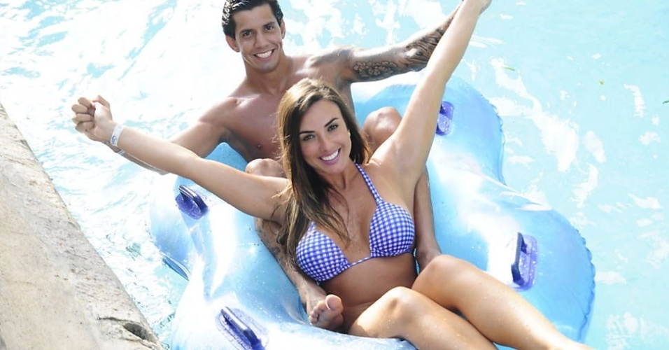 7.dez.2012- Nicole Bahls e Victor Ramos curtem momentos a dois em parque aquático de Fortaleza (CE)