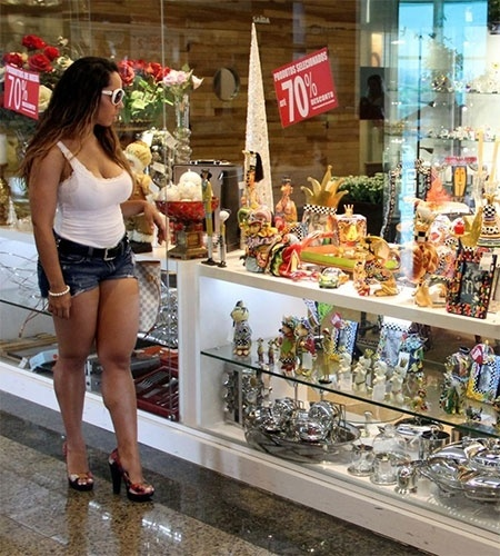 8.jan.2013 - Renata Frisson, a Mulher Melão, roubou as atenções ao circular de microshort em um shopping na Barra da Tijuca, no Rio de Janeiro. Durante o programa, a funkeira tirou foto com fãs