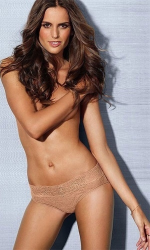 3.jan.2013 - A top brasileira Izabel Goulart posou para a nova campanha da grife de lingerie Victoria's Secret. No ensaio, a angel mostrou a barriguinha enxuta e uma sensualidade incomum que caiu bem at com calcinha bege