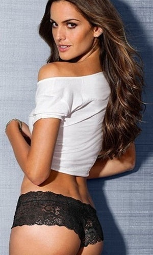 3.jan.2013 - A top brasileira Izabel Goulart posou para a nova campanha da grife de lingerie Victoria's Secret. No ensaio, a angel mostrou a barriguinha enxuta e muita sensualidade