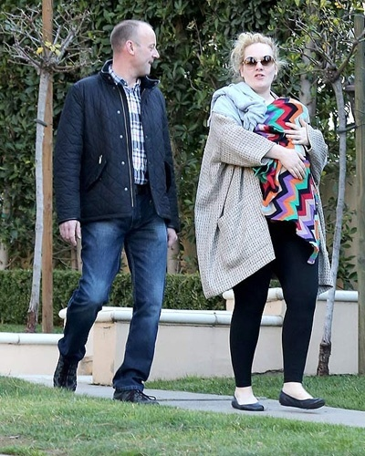 17.jan.2013 - A cantora Adele foi flagrada passeando pelas ruas de Los Angeles (EUA) com o filho - que tem trs meses e ainda no teve seu nome revelado - todo enrolado em um cobertor. Acompanhada do marido, Simon Konecki, Adele ficou irritada com a presena de paparazzi. A cantora fez sua primeira apario ps-parto no Globo de Ouro, no domingo (13), quando ganhou o prmio por melhor cano original, com a msica 