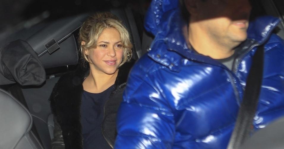 22.jan.2013 - Shakira chega à clínica onde deu à luz, na Espanha. O filho da cantora com o craque Gérard Piqué, do Barcelona, nasceu na noite desta terça (22). O garoto foi batizado de Milan Piqué Mubarak e é o primeiro filho do casal.