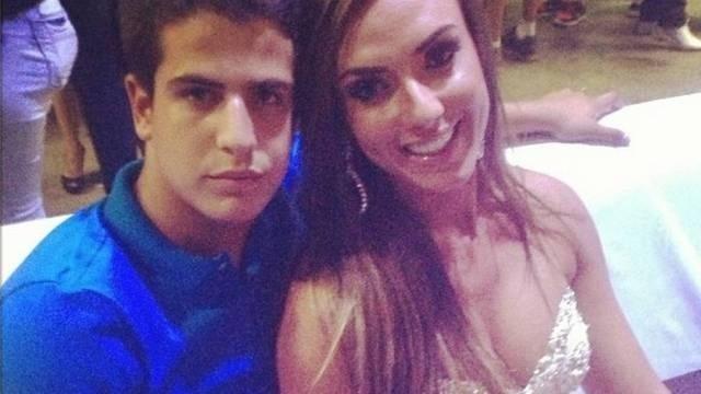 1.jan.2013 - Solteira, Nicole Bahls não só sambou ao lado de Enzo, filho de Claudia Raia e Edson Celulari, durante um ensaio da Beija-Flor, como posou coladinha a ele. Os dois se encontraram pela segunda vez na quadra da escola, no Rio.
