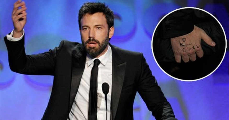 3.fev.2013 - Ben Affleck mostrou que tem filhas corujas. No sbado (1), o ator e diretor foi o grande vencedor na premiao Directors Guild of America Awards, nos EUA, mas no foi s o talento e beleza de Ben que chamaram a ateno. O artista deixou  mostra um recado fofo escrito em sua na mo direita, provavelmente obra das filhas Violet, 7, e Seraphina,3, frutos do seu casamento com a atriz Jennifer Garner. O recadinho feito com caneta preta, no detalhe da foto, diz: 