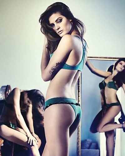 12.fev.2013 - Se uma Isabeli Fontana, 29, j  bom, imagine trs. A top brasileira aparece em dose tripla em uma das fotos do catlogo da Uni Lingerie. Para a marca, ela posou com vrios modelos de calcinha e suti