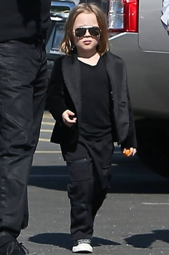 18.fev.2013 - O pequeno Knox Jolie-Pitt, de quatro anos, parece estar seguindo os passos do pai, Brad Pitt, pelo menos no visual. Vestido todo de preto, com um culos modelo aviador e cabelos compridos, o garoto parece uma verso pequena do papai famoso. O garoto e o ator foram ao Museu de Histria Natural de Los Angeles, acompanhados tambm de Angeline Jolie, Knox e Vivienne na ltima quinta-feira (14)