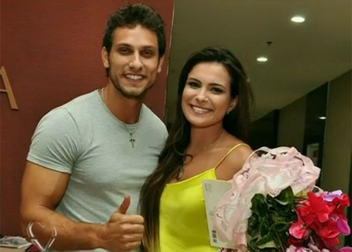 13.mar.2013 - Eliéser recebeu Kamilla, que foi eliminada do 'BBB 13' com 68% dos votos do público, com flores e muito carinho.