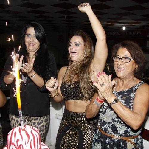 25.mar.2013 - Viviane Araújo festeja 39 anos ao lado da mãe, Neusa, amigos e integrantes da agremiação do Salgueiro no barracão da escola, localizada na zona norte do Rio de Janeiro. Na ocasião, a escola de samba também completou 60 anos de fundação. Vivi é rainha de bateria do Salgueiro