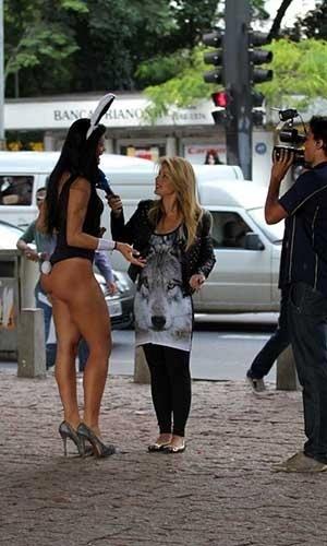 28.mar.2013 - A terceira colocada do concurso Miss Bumbum, Camila Vernaglia, fez um ensaio vestida de coelhinha no vão do Museu de Arte de São Paulo (MASP), em SP. A gata deu até entrevista para a televisão