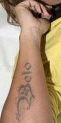 Viviane Araújo fez uma tatuagem para o cantor Belo na época em que os dois tinham um relacionamento. O casal se separou após o pagodeiro trair a gata, e desde então ela tenta se livrar da tatuagem com o nome do ex. Ao participar do reality