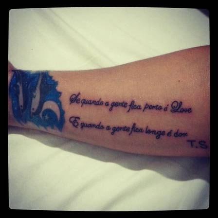 10.abr.2012 - Isso é que é amor! Com apenas três meses de namoro com o pagodeiro Thiago Soares, Andressa Soares, a Mulher Melancia, homenageou o amado com uma tatuagem. A morena desenhou na perna a letra da música que o namorado fez em sua homenagem.