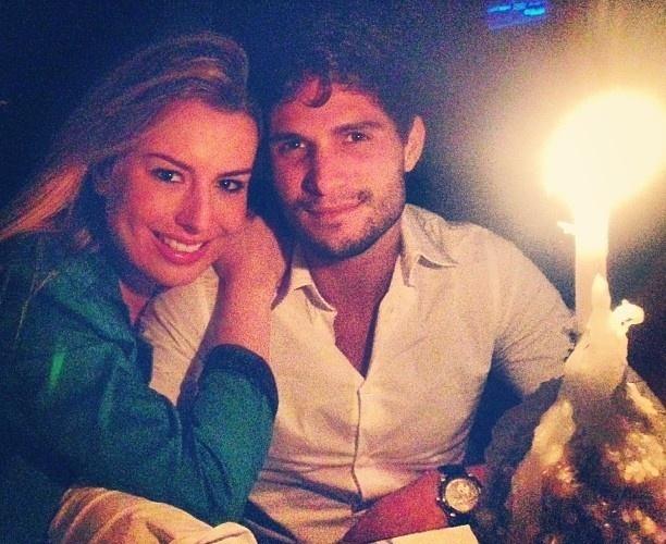 22.abr.2013 - Fernanda Keulla, campeã do 'BBB13', encontrou seu príncipe André depois do show de Sandy na noite de domingo (21). Recuperada da dengue, Fernanda assistiu ao show sozinha no Rio, mas no fim da noite postou uma foto ao lado do namorado, que tem trabalhado em São Paulo.