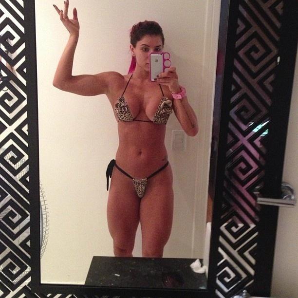 2.mai.2013 - Thaís Bianca mostrou os músculos no Instagram. Ao exibir as pernas e os bíceps definidos, a bela ex-panicat já antecipou as possíveis críticas e deixou clara sua opinião na legenda da imagem: