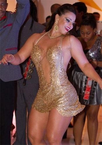 20.mai.2013 - Viviane Araújo mostrou seu gingado na quadra da escola de samba Salgueiro, da qual é rainha de bateria, no Rio. A gata exibiu as curvas torneadas em um vestido curtinho e com transparências
