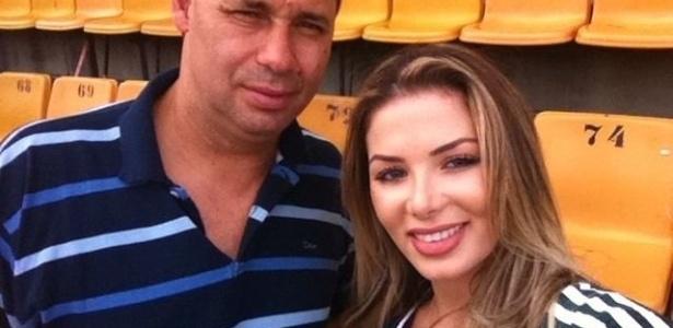 Evair, ídolo do Palmeiras, posa ao lado de Tassiana Dunamis, vencedora do concurso Gatas do Brasileiro, promovido pelo UOL em 2011