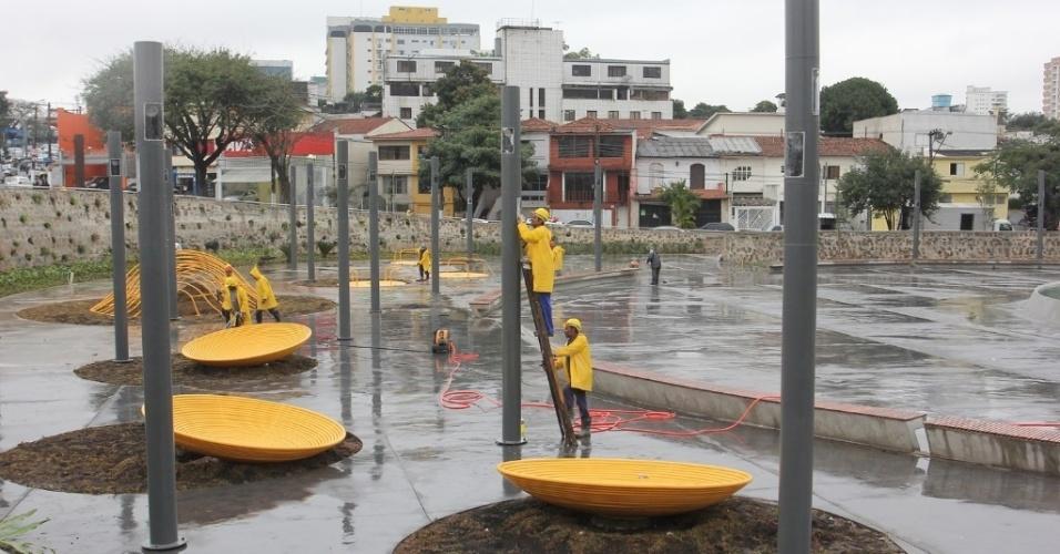 16.jul.2012 - Prefeitura de São Paulo fez a última vistoria, nesta segunda-feira, na praça Memorial 17 de Julho, projetada em homenagem às vítimas do desastre aéreo do voo JJ 3054 da TAM, que ocorreu em 17 de julho de 2007. A praça será inaugurada nesta terça-feira (17)