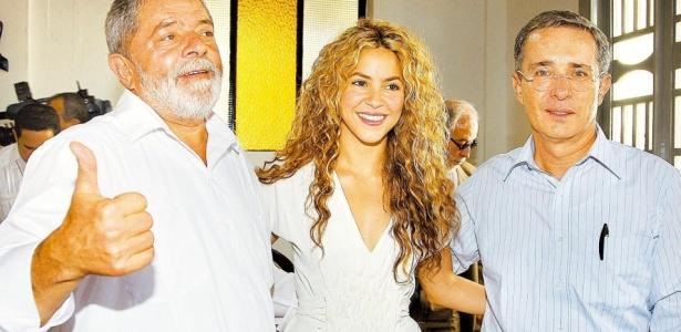 Da esq.para dir., o presidente Luiz Inácio Lula da Silva, a cantora Shakira e o presidente colombiano Álvaro Uribe posam para foto durante o evento de celebração da Data Nacional da Colômbia, na cidade de Letícia (Colômbia) (jul.2008)