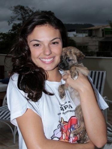 A atriz Isis Valverde posa ao lado de Surya, cadela vira-lata que adotou em outubro de 2010. Isis batizou a cachorra com o mesmo nome da personagem vivida por Cleo Pires em