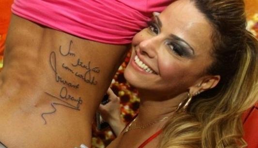 Fã tatua autógrafo de Viviane Araújo nas costas