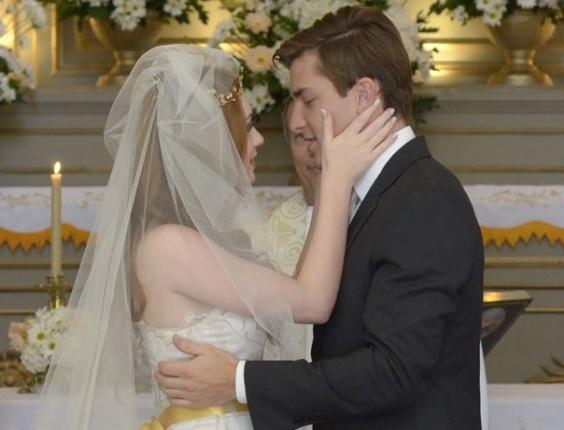 Em 'Morde & Assopra', Alice (Marina Ruy Barbosa) e Guilherme (Klebber Toledo) finalmente entram na igreja para se casar. Ela escolhe um vestido com direito a véu e uma faixa dourada na cintura