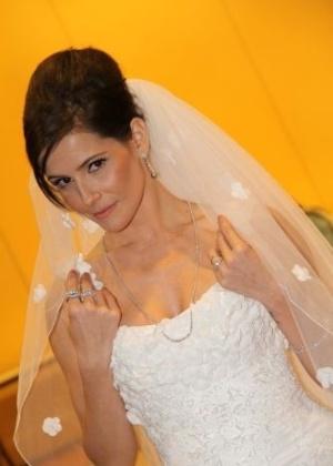 Deborah Secco aparece vestida de noiva em evento (17/11/11)
