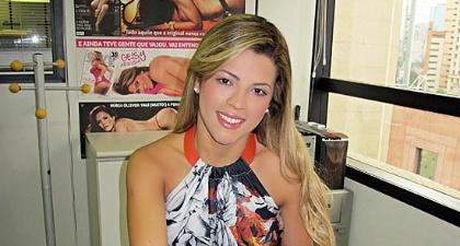 Miss Bumbum assina contrato para posar nua