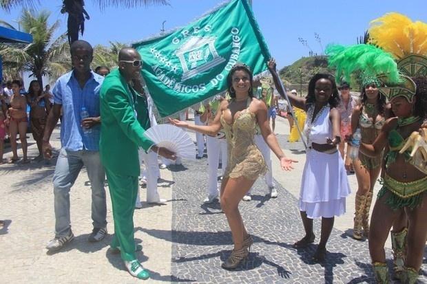 A modelo Dani Sperle leva a escola de samba Acadêmicos do Cubango para ensaiar na praia do Arpoador, no Rio de Janeiro (22/12/0). A morena, conhecida por já ter ficado com famosos como Alexandre Frota e Adriano, mostrou samba no pé